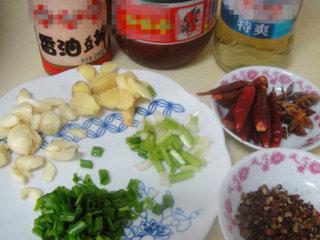 湖南麻辣小龙虾,准备所有调料(小葱葱白和葱叶分开切)