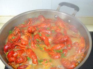 湖南麻辣小龙虾,之后打开加入葱花后熄火出锅