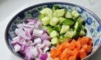 黑椒五彩鸡丁 ,洋葱、胡萝卜、黄瓜洗净后分别切小丁