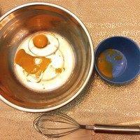 磨牙棒饼干,同时把鸡蛋打到一个大一点的盆里,并留出一点蛋黄分装起来,后面会用到