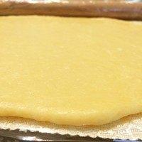 磨牙棒饼干,用擀面杖将面团擀至约3mm厚