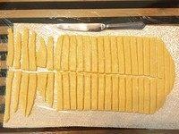 磨牙棒饼干,用刀切出约1cm宽的细条,喜欢小巧一点的可以先在中间横切一刀再切细条(见图),喜欢拎着一根长磨牙棒慢慢啃的可以不横切