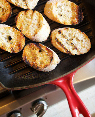 蔬菜鸡汤,并将面包片放入波纹烤锅中烤至微焦,或使用烤箱220摄氏度炙烤
