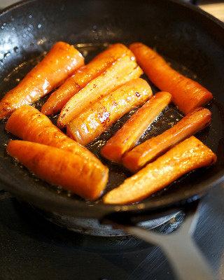 蔬菜鸡汤,将<a style='color:red;display:inline-block;' href='/shicai/ 25'>胡萝卜</a>放在煎过鸡肉的锅内煎至焦糖色,这一步是好味道的关键,根茎蔬菜经过高温油煎后再炖煮会有意想不到的好味道