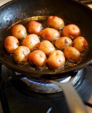 蔬菜鸡汤,将土豆放在煎过鸡肉的锅内煎至焦糖色,这一步是好味道的关键,根茎蔬菜经过高温油煎后再炖煮会有意想不到的好味道