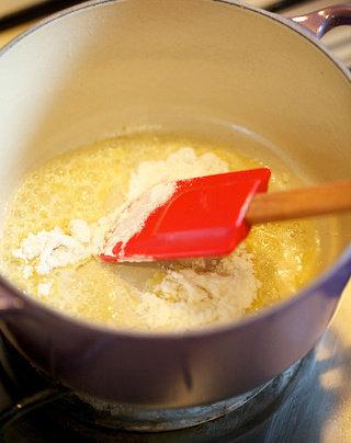 蔬菜鸡汤,放入面粉翻炒至金黄色出香,形成油面糊(Roux),再倒入白葡萄酒