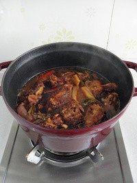 红烧羊蝎子,出锅前依个人口味轻重加盐调味。