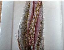 醋香怀胎鱼,鳜鱼用剪刀从头部伸入,剪掉腮,冲洗干净,然后沿着脊背各划一深刀。