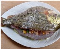 醋香怀胎鱼,将酿好馅的鱼小心放上去。