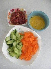 木须肉,猪里脊切片,用蚝油、淀粉、姜片和食用油拌匀腌制15分钟;鸡蛋搅大均匀;黄瓜和胡萝卜切菱形块