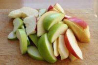 苹果柠香烤鸡腿,在烤的同时,我们将苹果洗净、去核、切成船形,挤点柠檬汁。注:这里柠檬汁的作用是防氧化,增味