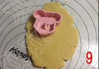 米奇饼干,擀成厚约5mm的饼,用模具取形