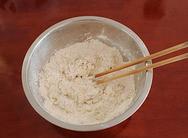 炒猫耳朵,<a style='color:red;display:inline-block;' href='/shicai/ 519'>面粉</a>里面加入一小勺盐(分量外),加入凉白开用筷子拌成面絮。