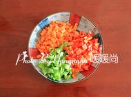 炒猫耳朵,<a style='color:red;display:inline-block;' href='/shicai/ 25'>胡萝卜</a>、青红椒洗净切丁。