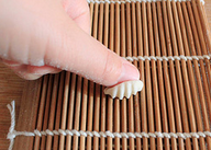 炒猫耳朵,取面丁一个放在寿司帘(直接放案板上也行),用大拇指的指肚按住面丁往自己相反的方向一搓就成猫耳朵了。