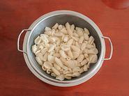 炒猫耳朵,搓好的猫耳朵煮熟后用冷水冲洗一下,然后控水。
