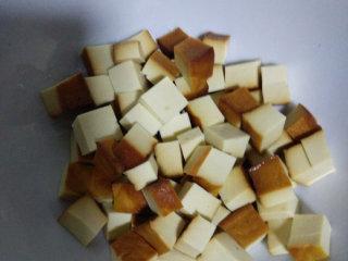素拌豆丁,豆干用温开水洗一下,切丁