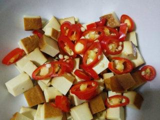 素拌豆丁,小红椒切小圆圈一同放入