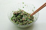 鲜肉韭菜锅贴,搅拌均匀。