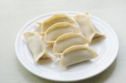 鲜肉韭菜锅贴,还可以将两头不捏,露出两端的包法都可以,随自己喜好。