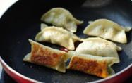 鲜肉韭菜锅贴,煎至水份完全蒸发, 最后撒上熟芝麻即可。