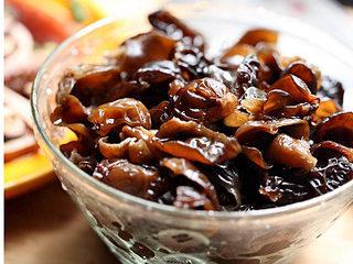 黑木耳拌鸭胗,木耳用清水泡发,撕成小朵,洗净杂质备用