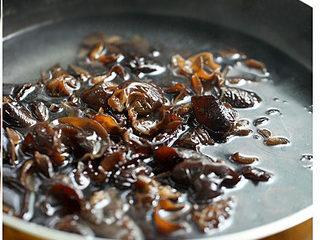 黑木耳拌鸭胗,锅中加适量清水烧沸,入泡发好的木耳焯水