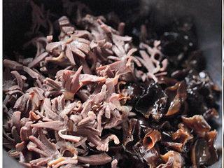 黑木耳拌鸭胗,将木耳、鸭胗放入大碗中备用