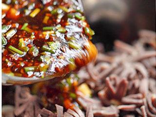 黑木耳拌鸭胗,将混合好的酸辣酱倒入木耳、鸭胗中