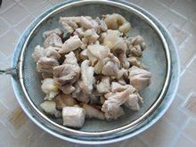 剁椒鸡丁,捞出洗净,并控干水份,备用。