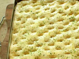 海苔肉松面包卷,刷上鸡蛋液,撒上海苔和芝麻