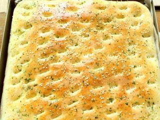 海苔肉松面包卷,烤箱预热185度,烤盘置于中层,烘烤15分钟至表面金黄色,用手按压表皮能立刻回弹就说明烤好了