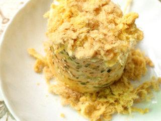 海苔肉松面包卷,再将两端均匀的蘸上肉松即可
