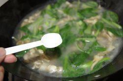 莆田蟶熘,出鍋里加點鹽調味。