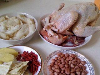浓香竹荪鸡汤,食材大集合,竹荪用清水泡发然后用流动水冲洗干净,光鸡清洗干净整只待用