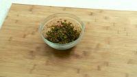 香椿脆饼,准备好香椿,加半勺盐拌匀,腌制十分钟左右