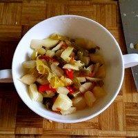 泡菜粉,泡菜切碎,大小无所谓。泡菜里的红辣椒、泡椒和姜的味道比较刺激,建议不能吃辛辣食物的厨友小伙伴不要切碎,等会直接下锅炒就行。