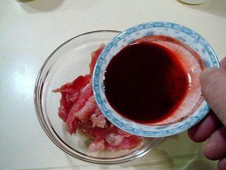 腐乳爆肉,倒入一半的腐乳汁抓匀。