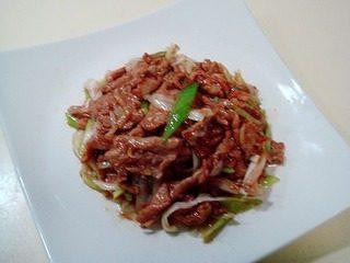 腐乳爆肉,把葱丝炒至断生便可出锅,出锅码盘便可上桌食用。
