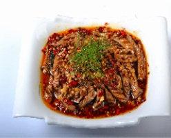 油淋腰花,炒锅洗净后烧干,倒3汤匙油,烧到有冒青烟时,马上趁热从碗中间均匀淋下。