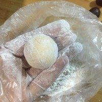 南瓜豆沙汤圆,收好口搓圆表面粘点面粉