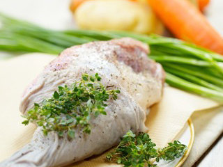 烩烤羊腿肉,羊肉表面涂抹黑胡椒和kosher salt静置片刻,预热铸铁锅,入橄榄油翻炒洋葱