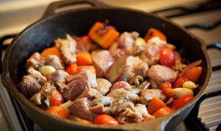 烩烤羊腿肉,倒入高汤、红酒。烤箱预热180度