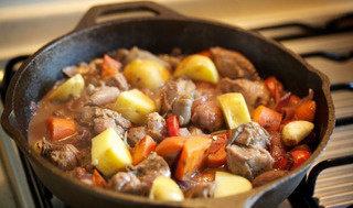 烩烤羊腿肉,放入百里香,覆锡纸并扎数个小孔透气,入烤箱180度上下火2h