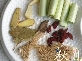 大骨汤,备用:生姜、葱、蒜、葱须、枸杞、香叶、小干红椒适量