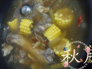 大骨汤,等骨汤炖的七八成熟时,玉米切段放入。放盐。继续炖半个小时左右。出锅放葱花或香菜、胡椒粉之类的。