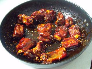 糖醋排骨,小火焖十分钟大火收汁,收汁的时候最后加半汤匙香醋,那个酸甜口就出来了。 临出锅撒葱花芝麻,少许味精