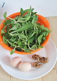 马兰核桃鸡蛋卷,马兰头取嫩叶,冲洗干净。