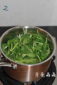 马兰核桃鸡蛋卷,小锅煮沸水,放少许盐,将马兰头放入焯一下捞出,放入凉水中凉透,沥干。