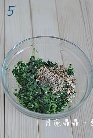 马兰核桃鸡蛋卷,把核桃仁碎放入大碗,和马兰碎一起,拌入芝麻香油、盐、白糖。